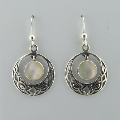 Zilveren Oorbel Keltische Halve Maan met Parelmoer Wit