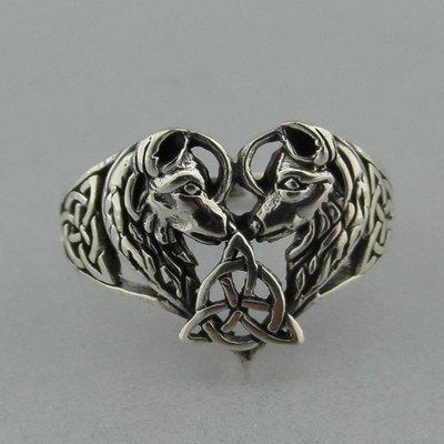 Zilveren Ring Wolven in Hart met Keltische Triquetra