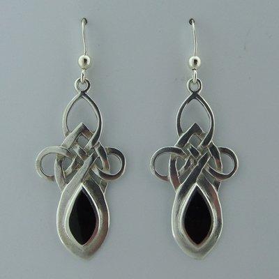 Zilveren Oorbel Keltische Knoop met Onyx